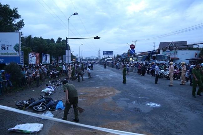 Thoi diem lao vao dam dong dung den do, xe dau keo chay toc do 45km/h