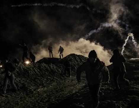 Mỹ bắn hơi cay để chặn người vượt biên từ Mexico