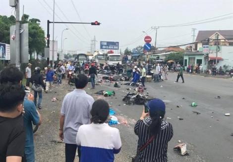 Xe container tông hàng loạt xe máy dừng đèn đỏ, 4 người chết, 18 người bị thương