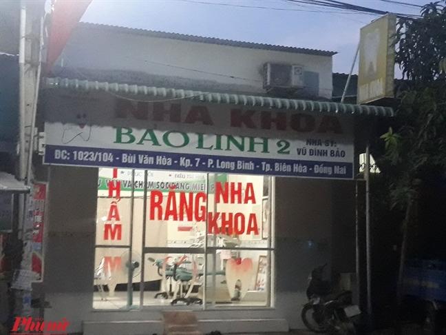 Nha si dom go niem phong, mo phong kham du benh nhan