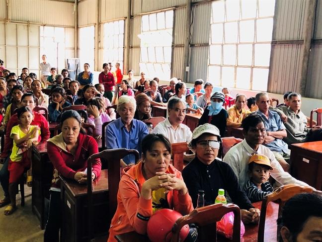 Tan Phu: Kham benh, tang qua cho 200 nguoi ngheo vung bien gioi