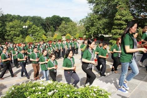 Đoàn tuyên giáo, báo chí, xuất bản, văn nghệ sĩ TP.HCM dâng hoa liệt sĩ nghĩa trang Tân Biên