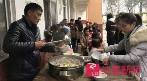 Bữa ăn của thầy hiệu trưởng làm ấm lòng những đứa trẻ thiếu vắng cha mẹ