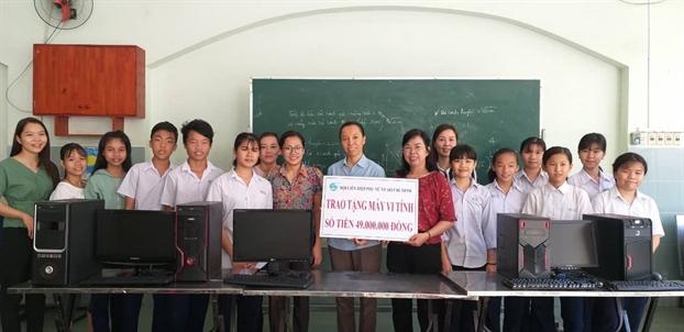 Hoi LHPN TP.HCM trao tang may vi tinh cho Truong Tinh thuong Anh Linh