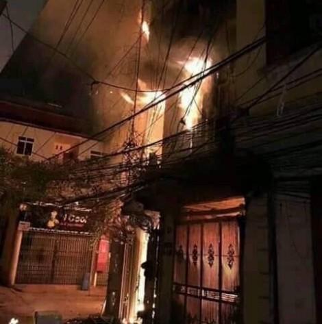 Hà Nội: cháy lớn tại phố Pháo Đài Láng, 2 người bị thương