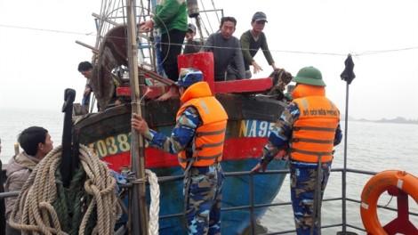 Tàu chìm trên biển, 7 ngư dân vật lộn với sóng dữ suốt 3 giờ