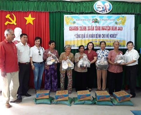 Quan 6: 'Trao yeu thuong' den phu nu va tre em ngheo tinh Soc Trang.