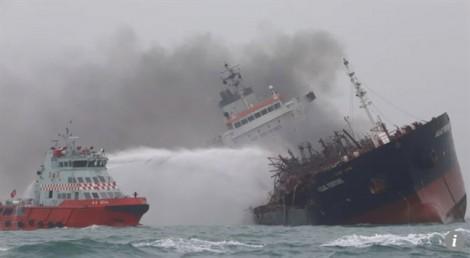 Tàu chở dầu treo cờ Việt Nam bốc cháy ngoài khơi Hong Kong, cứu được 24 thuyền viên