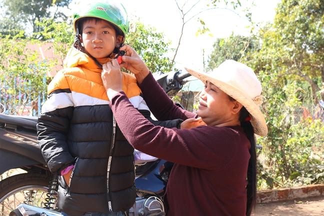 Hoi Phu nu Cong an TP.HCM: Tang 100 phan qua cho tre em ngheo tinh Dak Lak