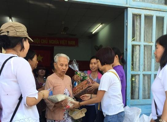 Huyen Nha Be: Trao qua tet cho nguoi gia neo don