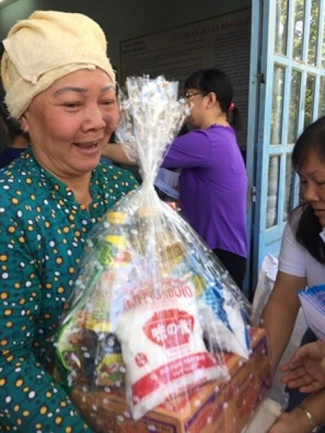 Huyện Nhà Bè: Trao quà tết cho người già neo đơn