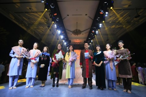 'Gia đình' siêu mẫu Quỳnh Hoa diện đồ Thiện Phát Design du xuân Giác Show