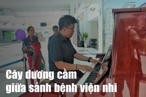 Cây dương cầm giữa sảnh bệnh viện nhi