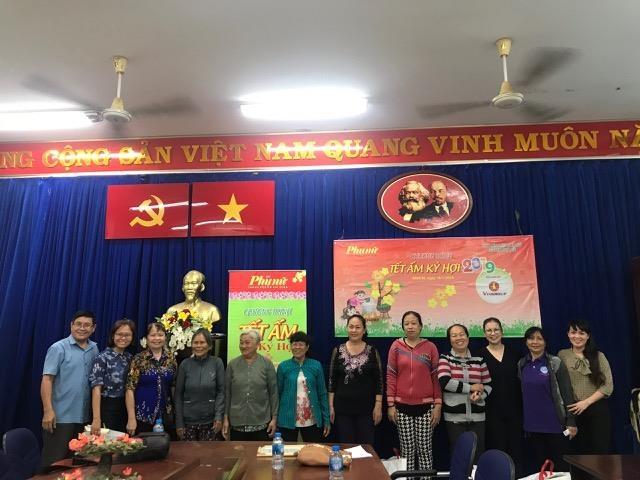 Bao Phu Nu trao tang 200 phan qua Tet cho phu nu ngheo ngoai thanh
