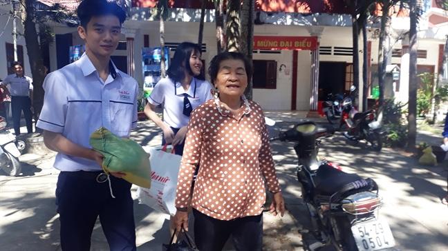Bao Phu Nu trao tang 100 phan qua tet cho phu nu ngheo huyen Can Gio