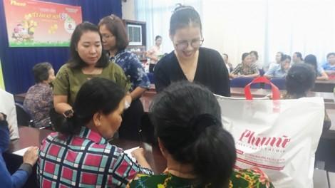 Báo Phụ Nữ trao tặng 200 phần quà Tết cho phụ nữ nghèo ngoại thành
