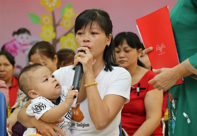 Bao Phu nu TP.HCM trao qua tet cho chi em cong nhan