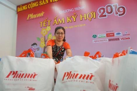 Báo Phụ nữ TP.HCM trao quà tết cho chị em công nhân
