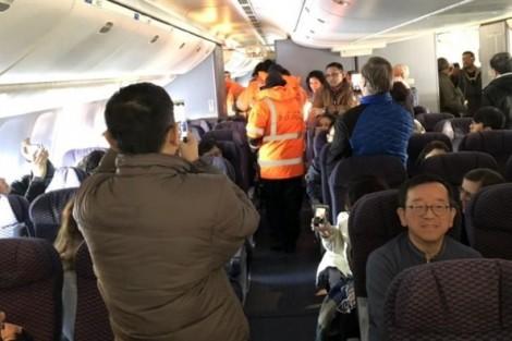 Cửa máy bay đóng băng, hành khách rét run trong khoang suốt 16 giờ