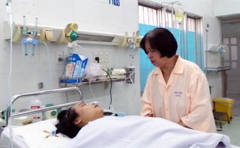 Một phụ nữ chứa đầy dịch mủ trong bụng sau khi cắt da dư hậu môn ở phòng khám tư