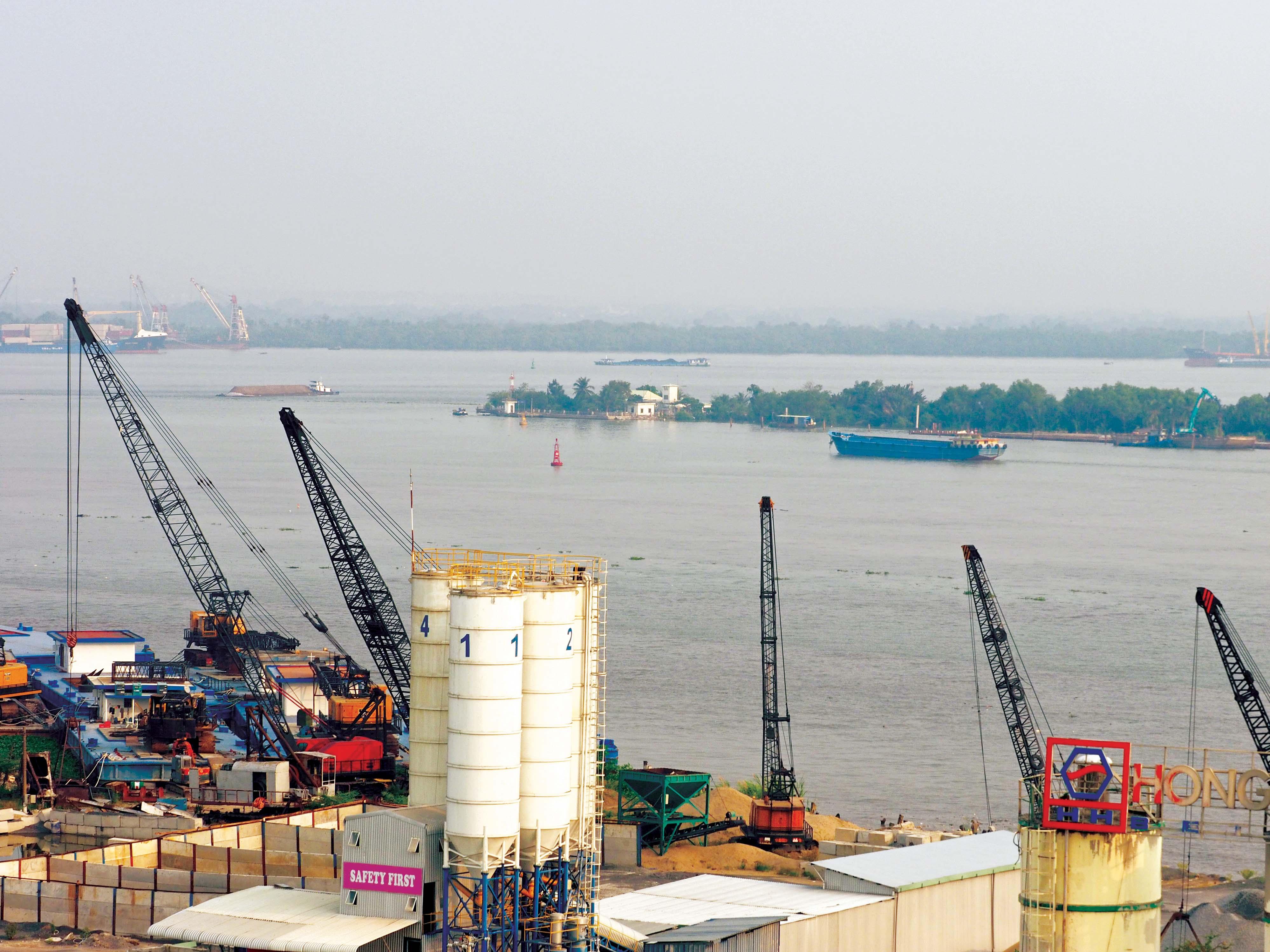 Một buổi chiều âm u, đứng trên cầu Phú Mỹ, tôi hướng mắt về ngã ba sông -  Mũi Đèn Đỏ - điểm chia hai con nước, nhánh về Đồng Nai, nhánh chảy qua Sài Gòn