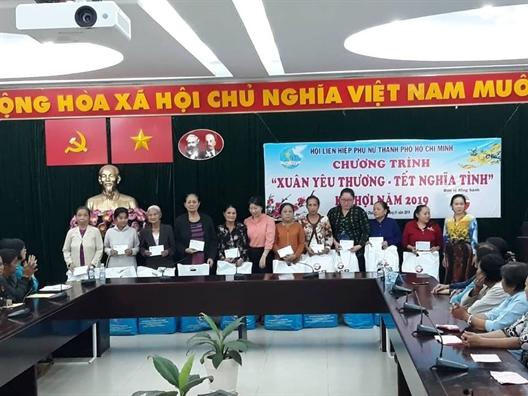 Huyen Binh Chanh: Trao tang hon 360 phan qua xuan cho phu nu cac gioi