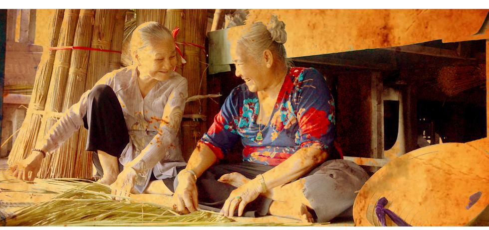 Nụ cười của những người đàn bà một đời đương bàng, lát làm nên những đồ dùng thủ công mỹ nghệ chu du xứ người - Ảnh: Phùng Huy