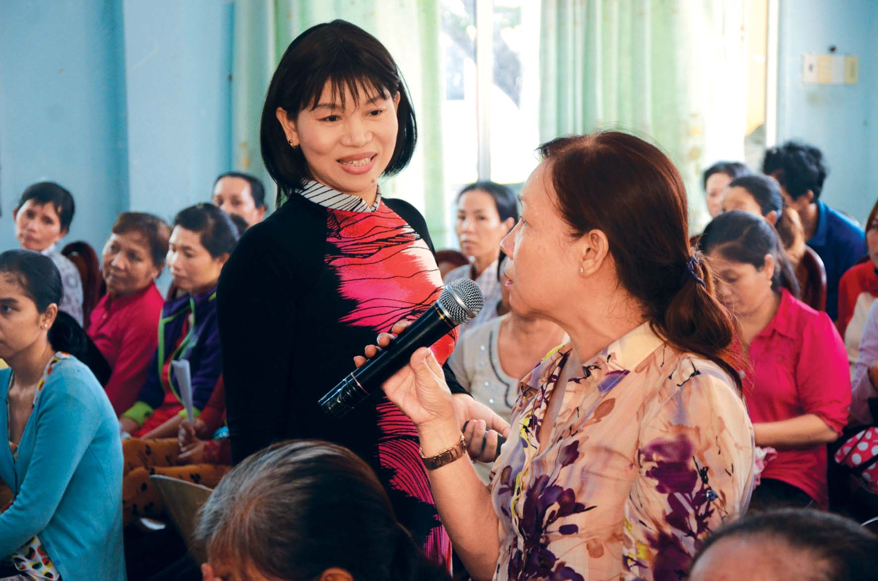 Bà Trần Thị Phương Hoa - Phó chủ tịch Hội LHPN thành phố - nói chuyện chuyên đề nước sạch tại Cần Giờ