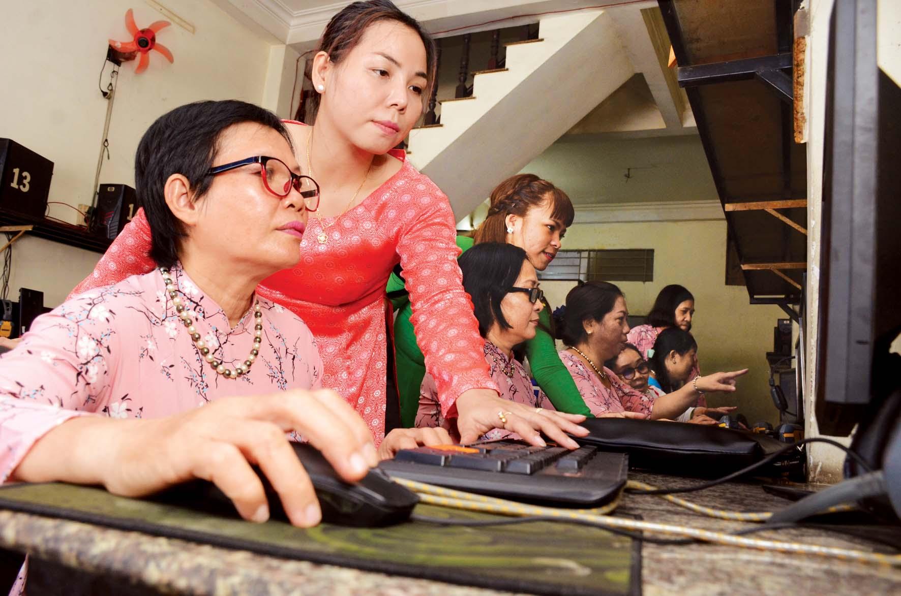 Hội viên Hội Phụ nữ P.13, Q.6 làm quen với các hoạt động Hội thông qua trang web Hội LHPN thành phố