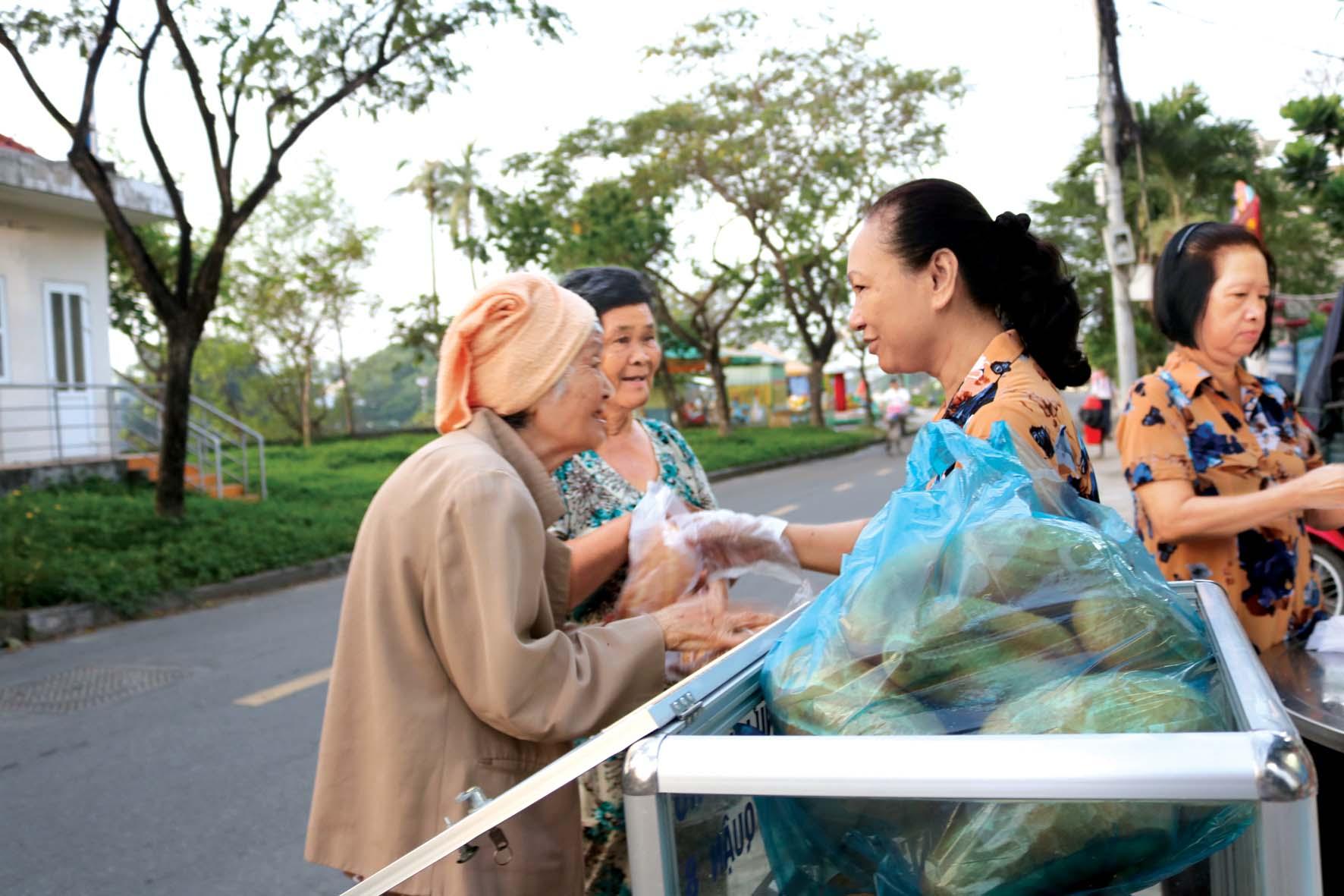 Phụ nữ Q.8 chăm lo bữa điểm tâm cho người nghèo