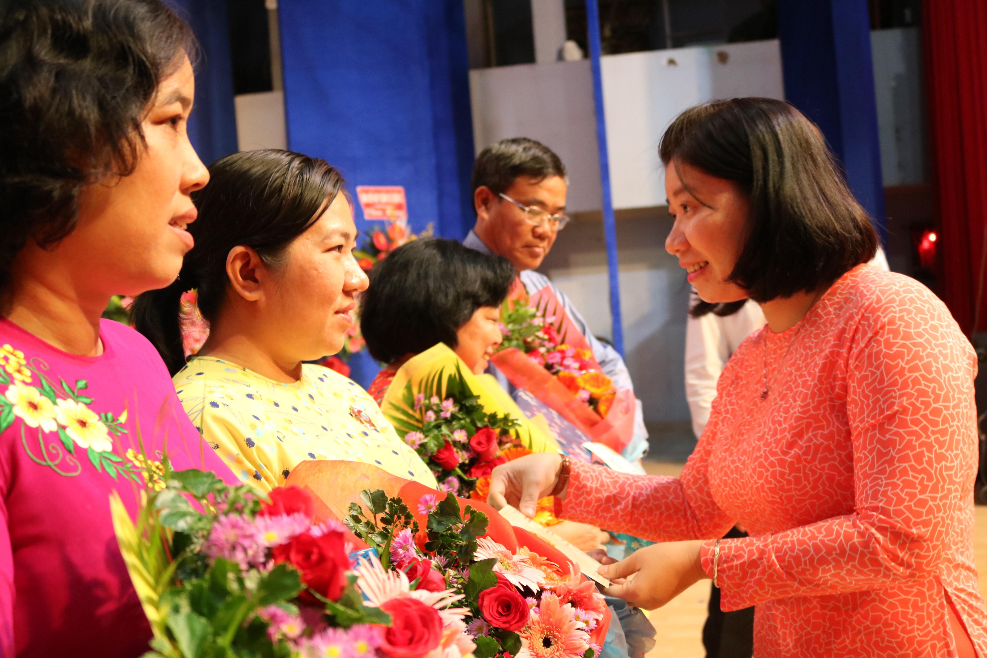 Bà Trần Thị Huyền Thanh - Phó chủ tịch Hội LHPN TP.HCM - chúc mừng và trao kỷ niệm chương Vì sự phát triển của phụ nữ Việt Nam do Trung ương Hội LHPN Việt Nam tặng các cá nhân điển hình của Q.2
