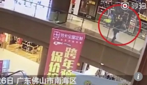 Trung Quốc: Bị đẩy từ tầng 3 xuống đất, thai phụ may mắn thoát chết