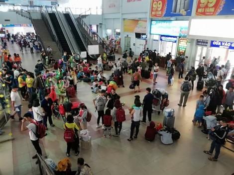 Hành khách vật vờ ở ga Sài Gòn vì tàu trật đường ray ở Bình Thuận ngày giáp tết