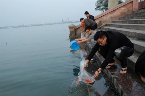 Người thả cá bằng tay, kẻ quăng túi nilon xuống nước ngày tiễn ông Táo