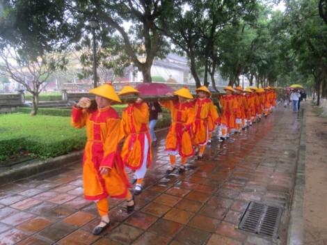 Tái hiện nghi lễ dựng nêu ở Đại Nội Huế dưới trời mưa lớn