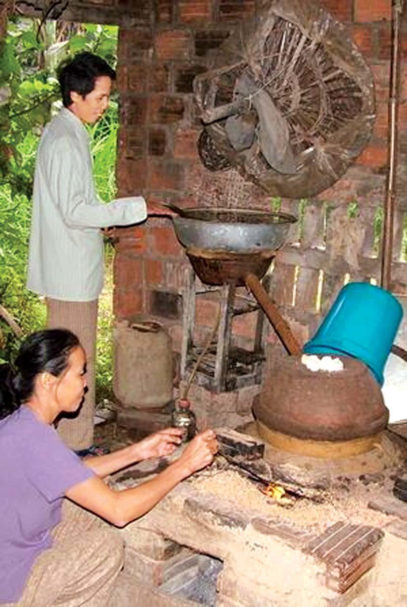 Một hộ dân ở Nhơn Lộc (An Nhơn) nấu rượu Bàu Đá bằng phương pháp thủ công - ảnh: internet