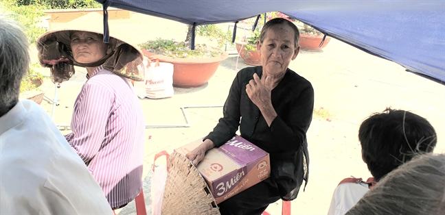 Cong doan Bao Phu Nu TP.HCM va NSUT Trinh Kim Chi tang qua tet cho nguoi ngheo