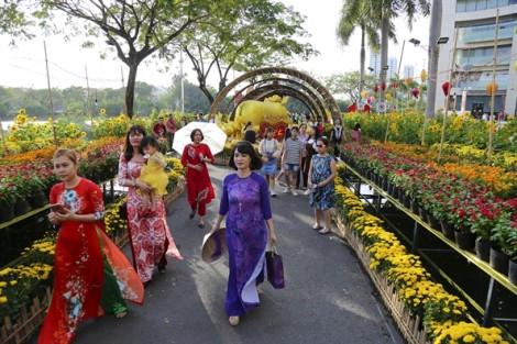 Người Sài Gòn chơi tết sớm ở hội hoa xuân Phú Mỹ Hưng
