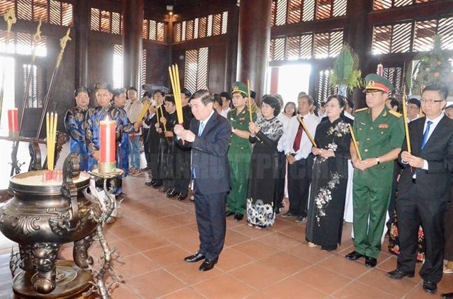 Lanh dao TP.HCM dang huong, dang hoa, dang banh tet dip tet Ky Hoi
