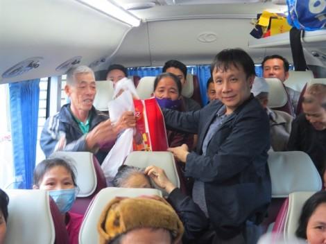Chuyến xe yêu thương đưa bệnh nhân nghèo về quê đón tết Kỷ Hợi