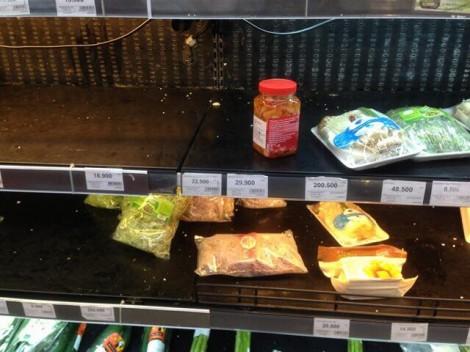Chen chân mua sắm giờ chót: hoa xổ rẻ, hàng siêu thị được vét sạch