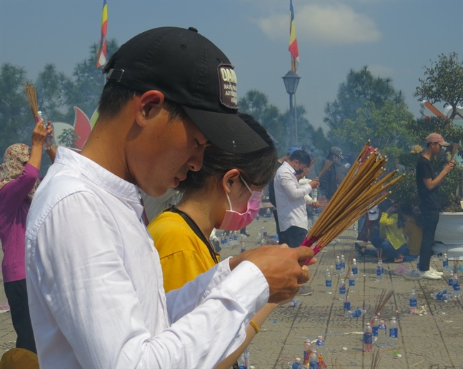 Nguoi dan xu Hue no nuc di chua le Phat ngay dau xuan