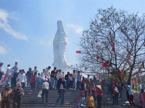 Người dân xứ Huế nô nức đi chùa lễ Phật ngày đầu xuân