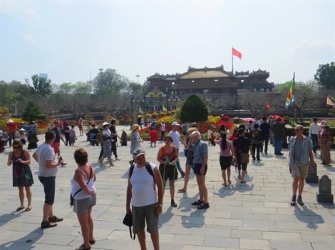 Khách đổ về du xuân ở Hoàng cung xứ Huế
