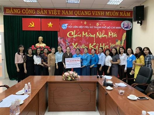 Hoi LHPN TP.HCM trao tang 500 trieu dong cho Hoi LHPN tinh Champasak - Lao