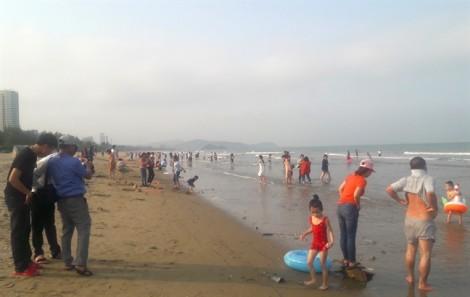 Du khách đổ xô xuống biển Cửa Lò 'giải nhiệt' ngày tết