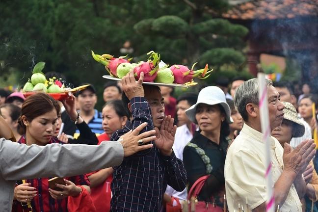 Du khach 'ta toi' sau nhieu gio chen lan tai le hoi chua Huong