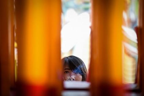 Người Trung Quốc đốt nhang nghi ngút ngày đầu năm Kỷ Hợi lọt top ảnh trong tuần