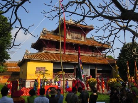 Du khách xem hạ nêu, khai ấn ở hoàng cung xứ Huế