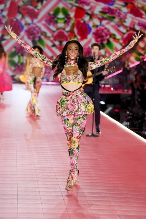 Người mẫu bạch tạng danh tiếng trình diễn trong show Công Trí tại New York